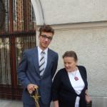 2014-09-12 Ślubowanie klas I Marcin Janus z prof. Sobańską.