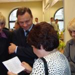 Na archiwalnym zdjęciu z 06.10.2009 Andrzej Duda z prof. Agatą Kornhauser-Dudą rozmawia z prof. Zdzisławą Podolską i prof. Beatą Łojczyk.