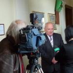 25-05-2015 Powitanie w szkole prof. Agaty Kornhauser-Dudy. Dyrektor II LO Marek Stępski udziela kolejnego wywiadu TVP Kraków.