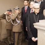 9.11.2010 Dr Andrzej Duda w trakcie odegrania Hymnu Narodowego w czasie uroczystości odsłonięcia tablicy poświęconej generałom, absolwentom naszej Szkoły